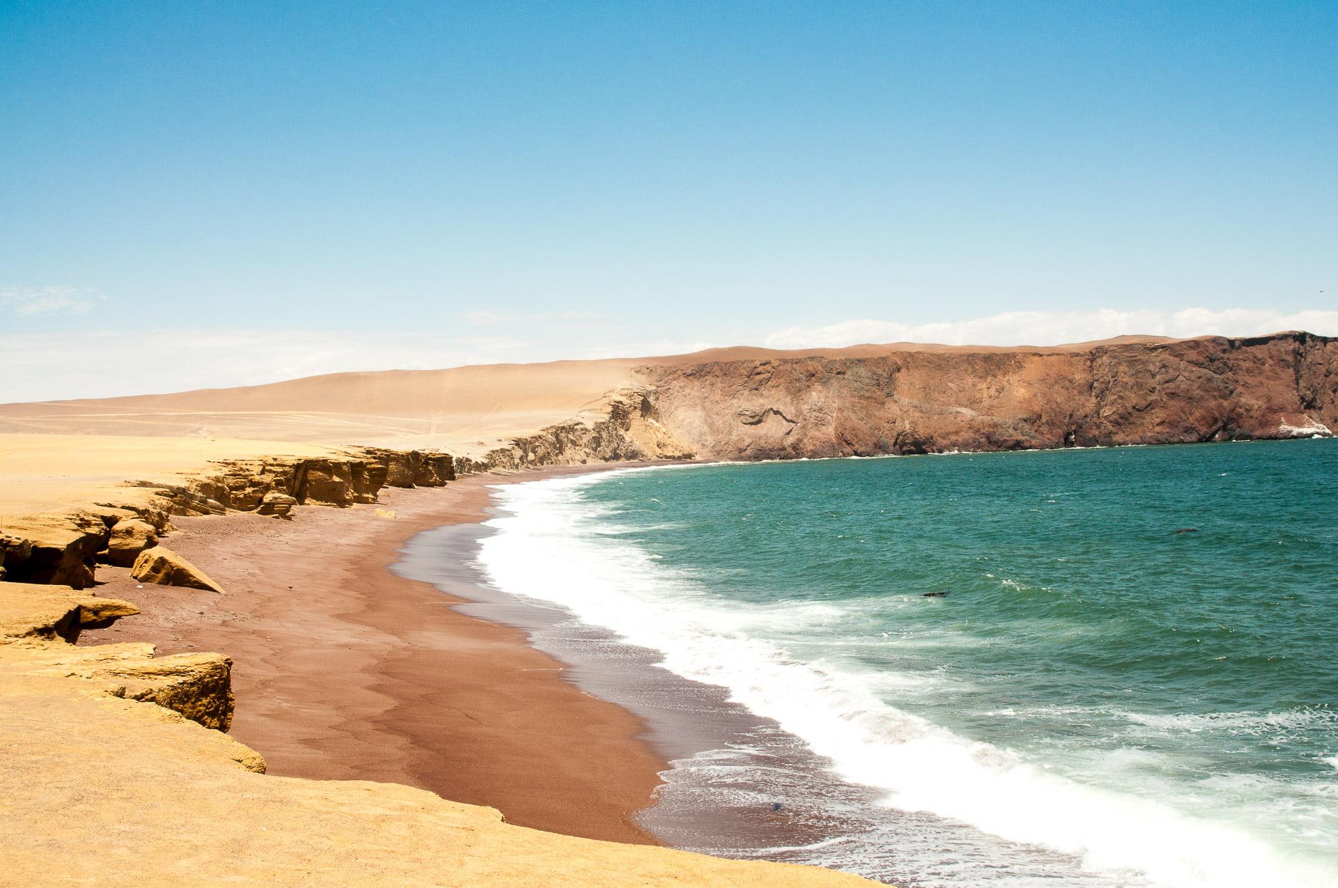 côte de sable rouge du désert de Paracas au Pérou