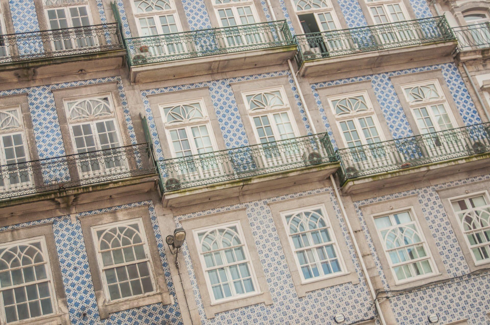 porto-atypique-fenetre-azulejos