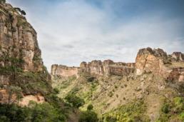 Parc national du massif de l'Isalo à Madagascar. Randonnée et trek au coeur de la nature, découverte de la faune (serpent, lémuriens, oiseaux) et de la flore