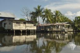 maison en bois au bord de l'eau à bocas del toro au panama