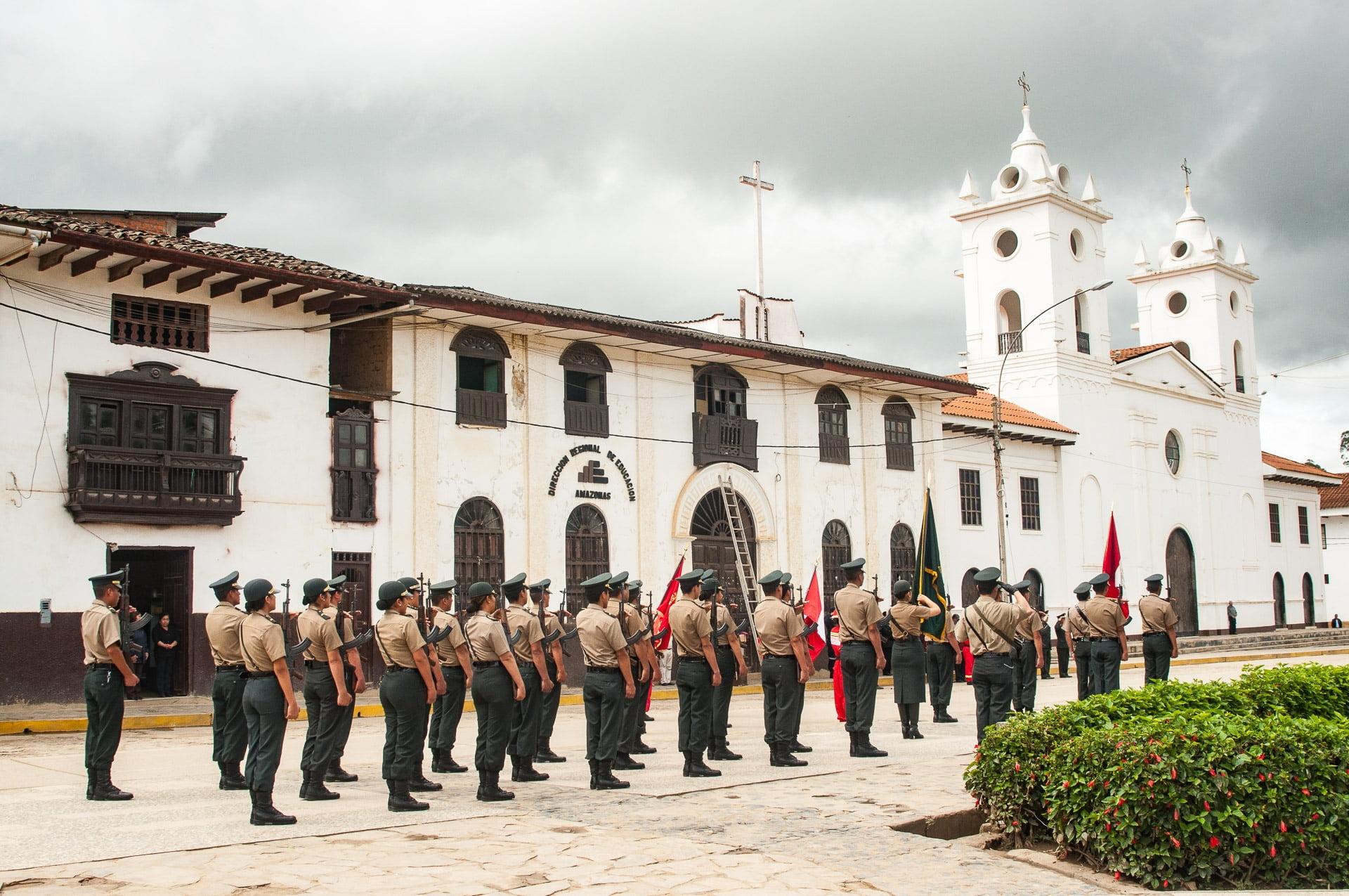 chachapoyas ceremonie patriotique - Les globe blogueurs - blog voyage nature