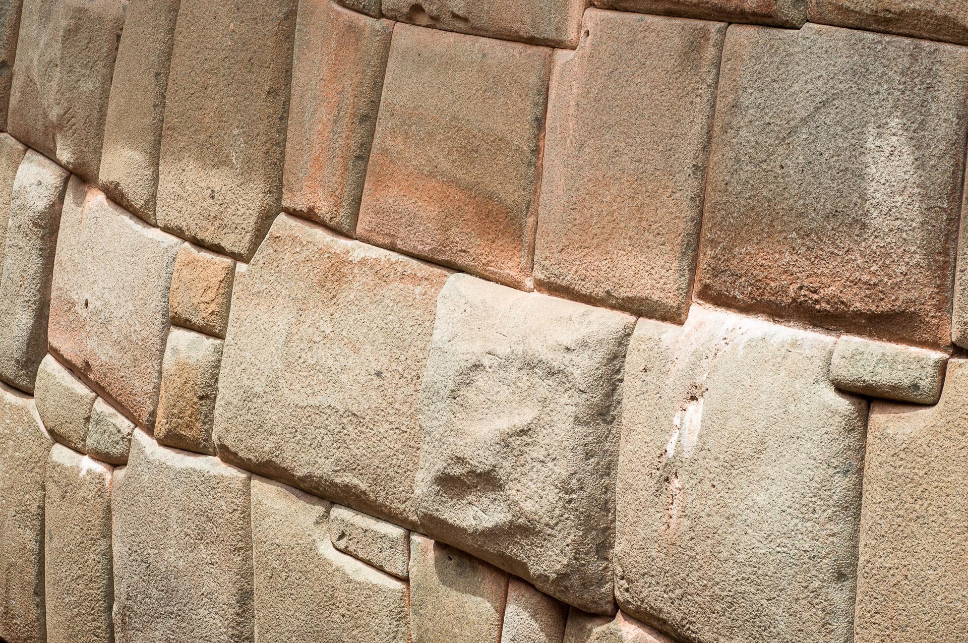 Murs incas tarabiscotés