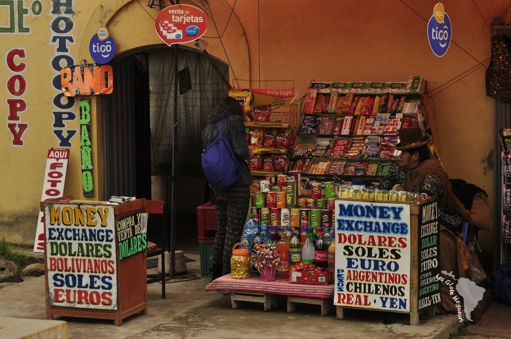 Bureau de change improvisé à la frontière entre bolivie et pérou