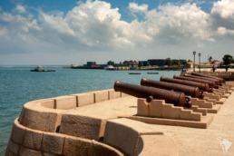 le vieux fort de stone town à zanzibar et ses canons