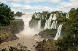 Panorama sur les cascades et l'île San Martin. Parc national des chutes d'Iguazu