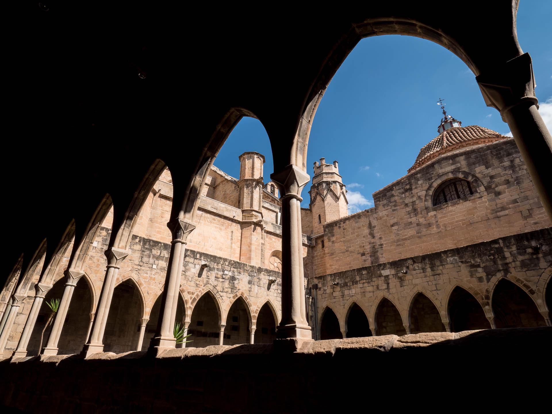 tortosa cathédrale cour arcade - Les globe blogueurs - blog voyage nature