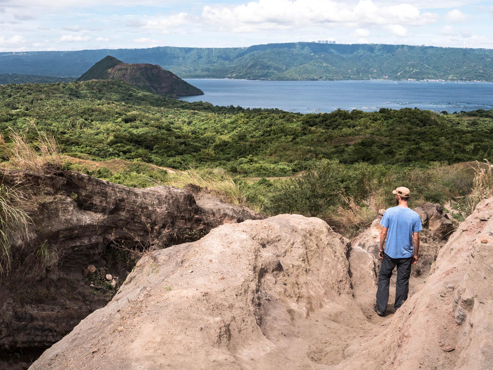 Volcan taal et son lac près de Tagaytay aux Philippines