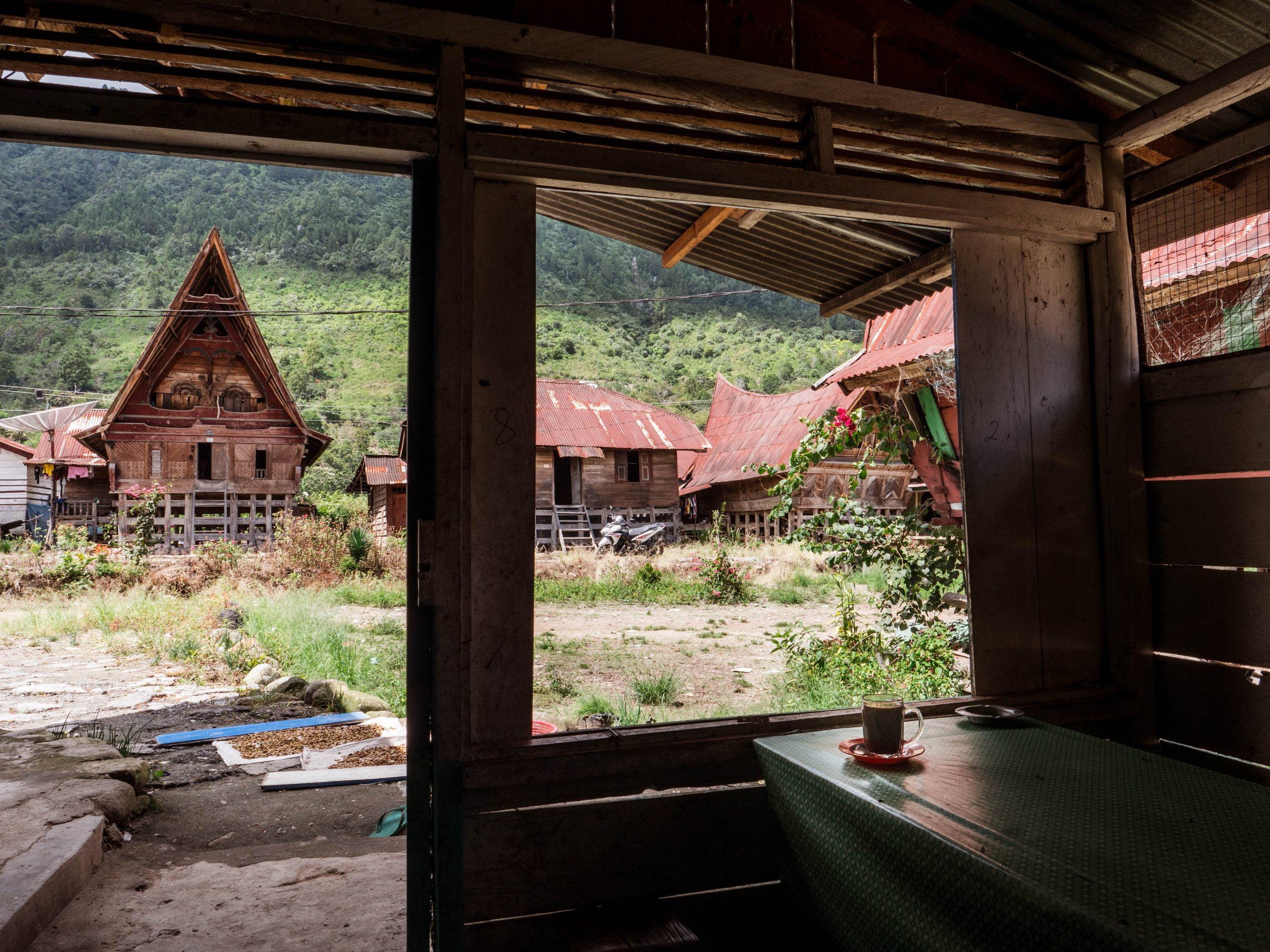 lac toba huta bolong café scaled - Les globe blogueurs - blog voyage nature