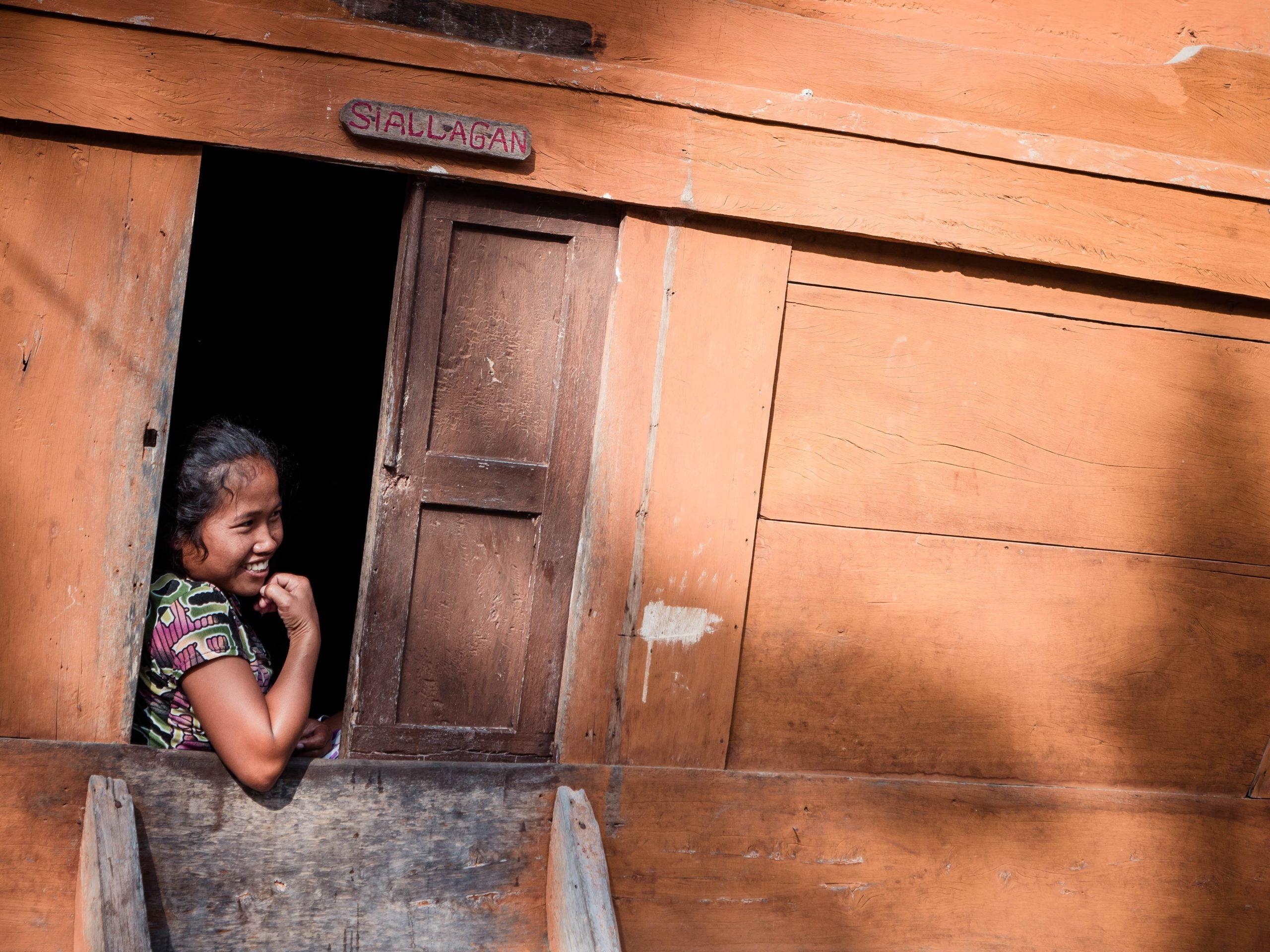 lac toba portrait femme batak scaled - Les globe blogueurs - blog voyage nature