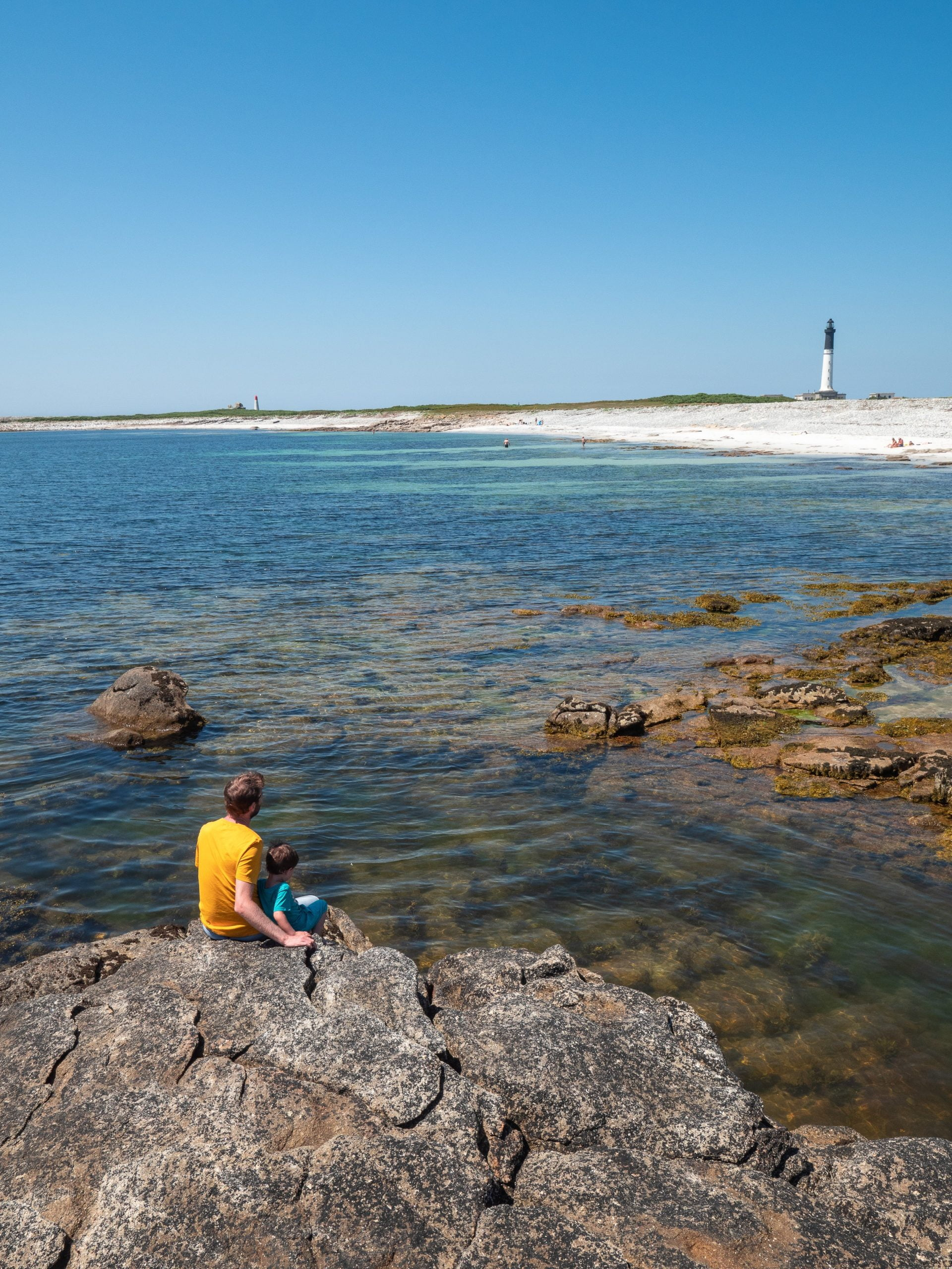 Sein plage phare scaled - Les globe blogueurs - blog voyage nature