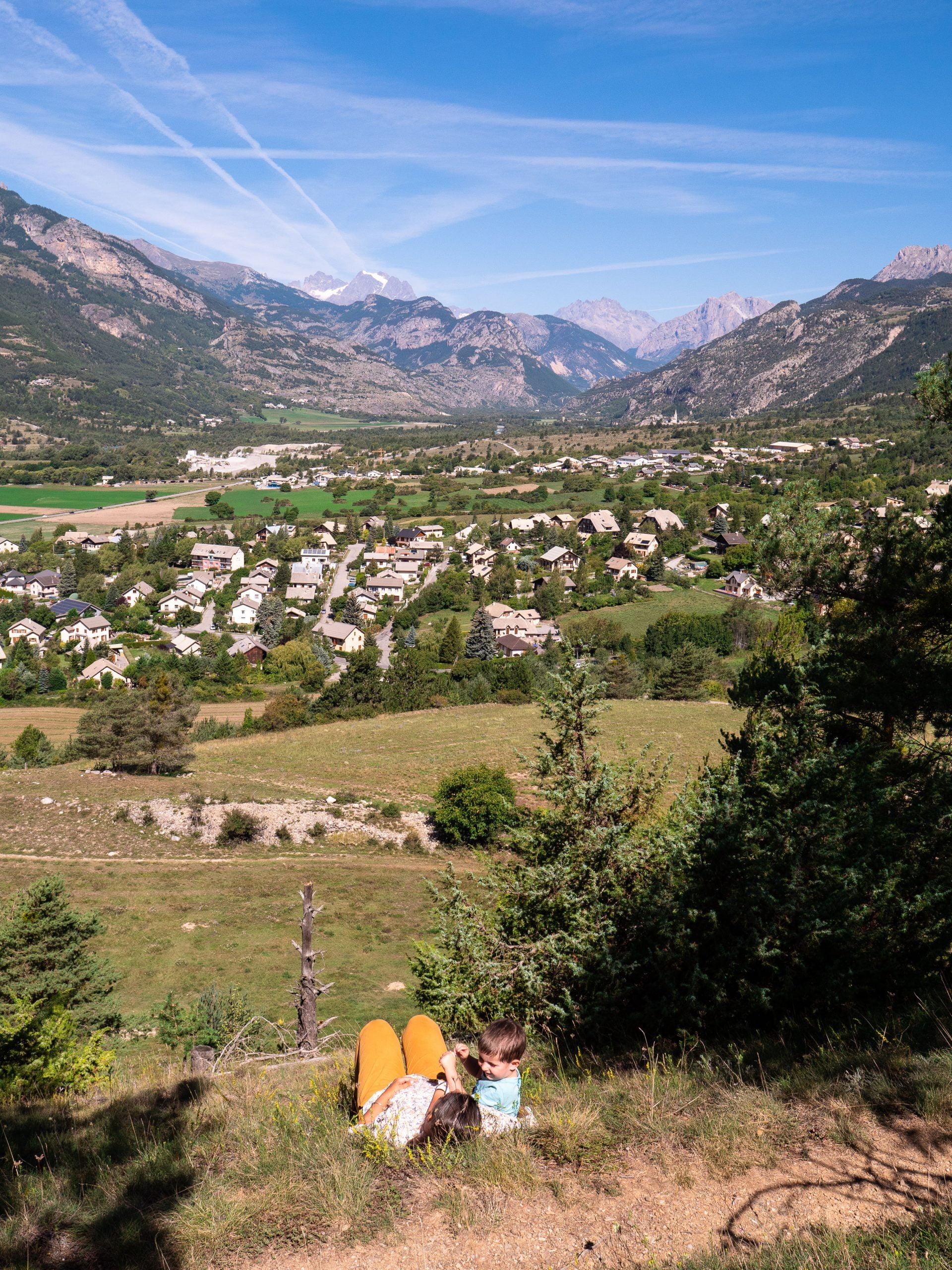 Guillestrois vue sentier marmotte scaled - Les globe blogueurs - blog voyage nature