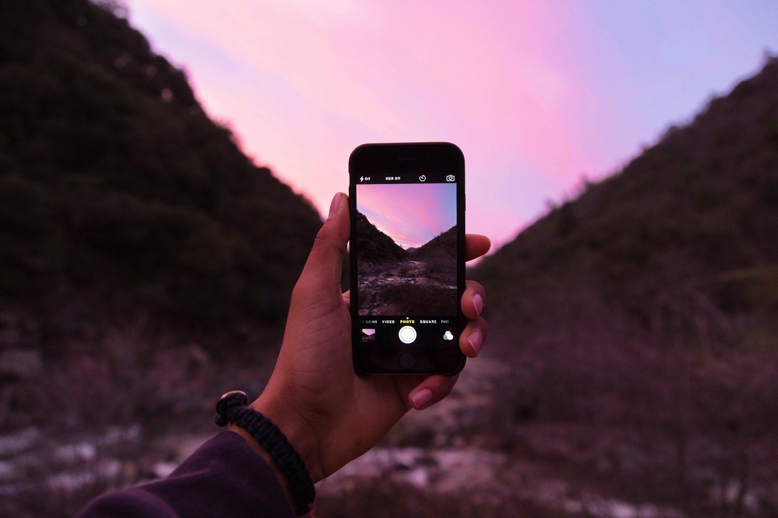 apple camera hand 7764 scaled - Les globe blogueurs - blog voyage nature