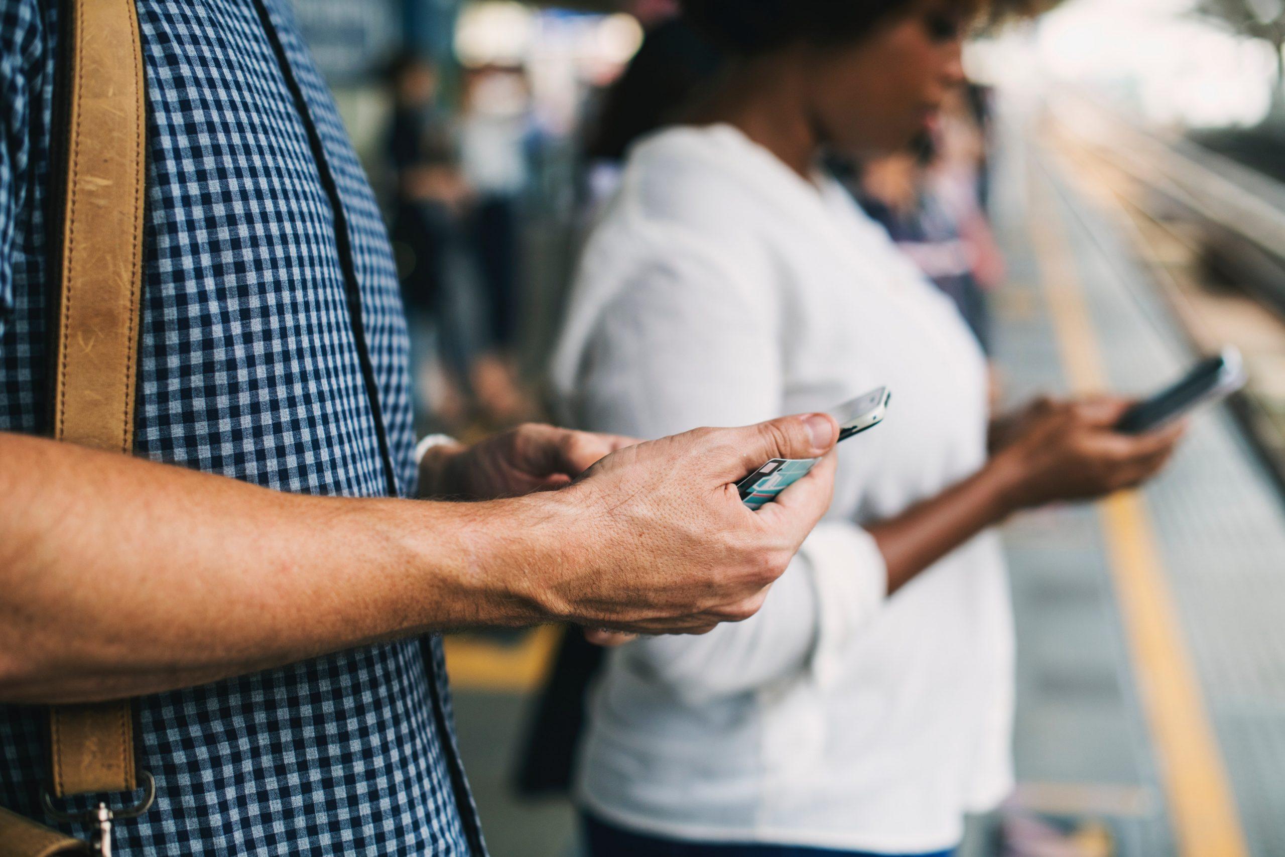 blur cellphone communication 1391404 scaled - Les globe blogueurs - blog voyage nature