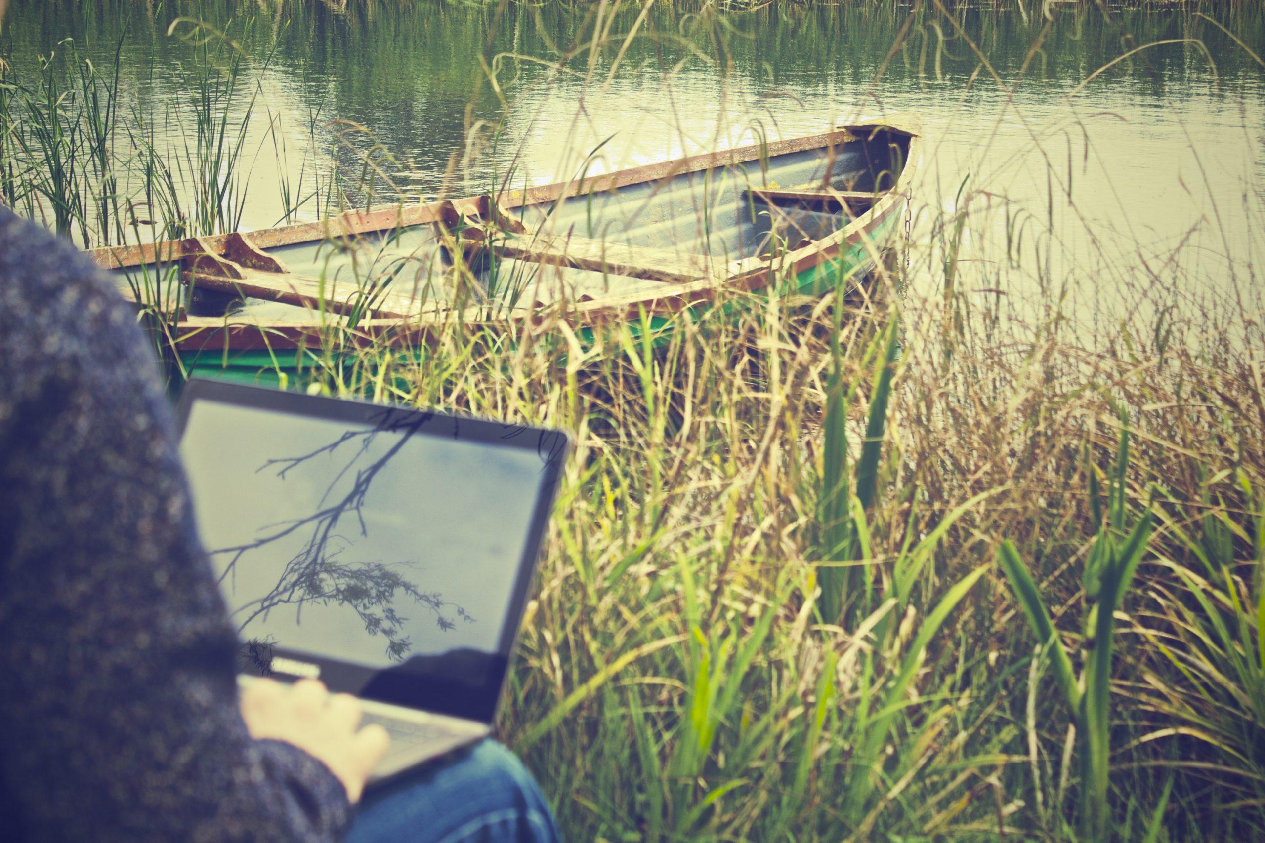 digital nomad laptop mockup 4778 scaled - Les globe blogueurs - blog voyage nature