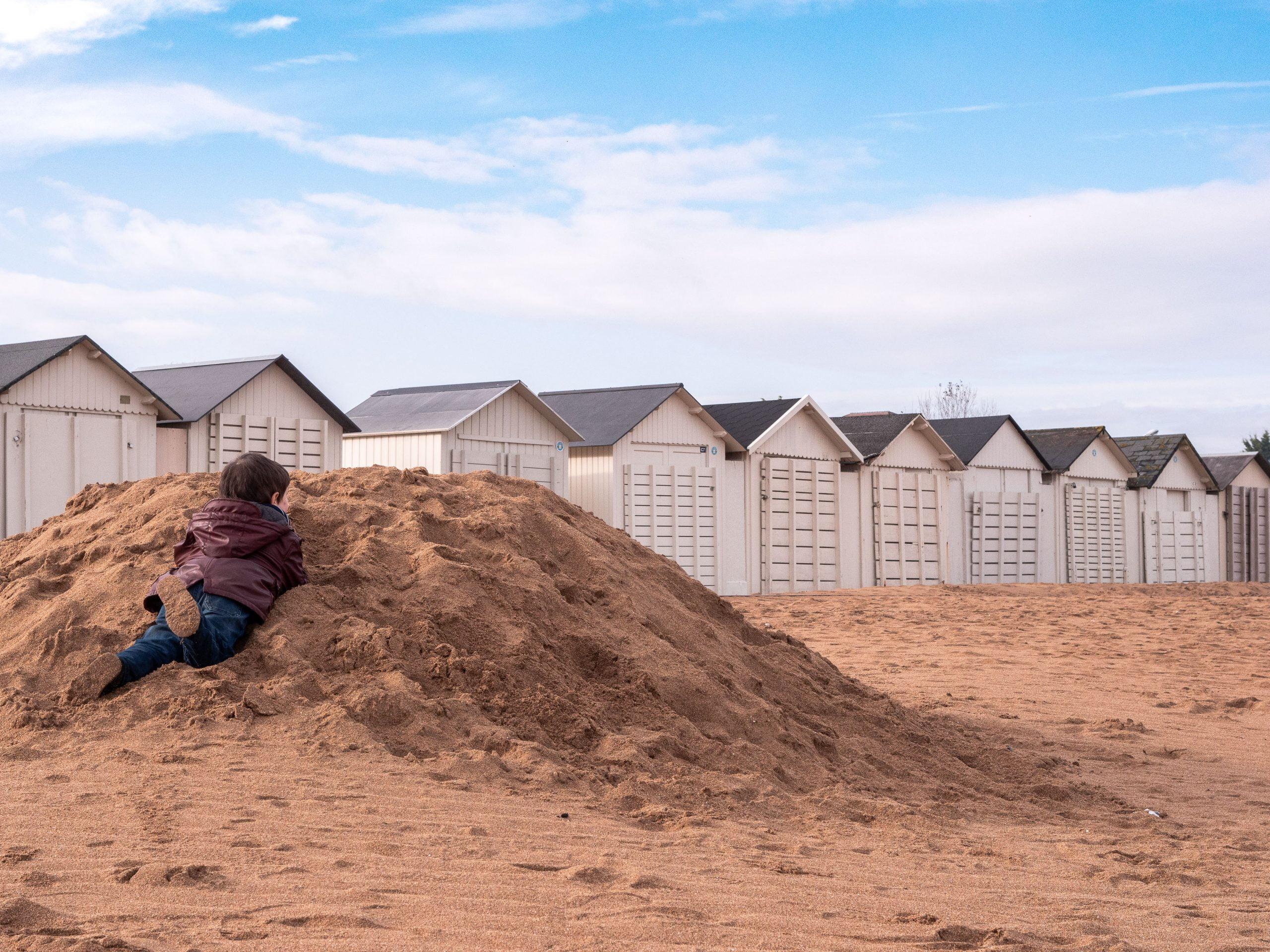 ouistreham cabane cachette scaled - Les globe blogueurs - blog voyage nature