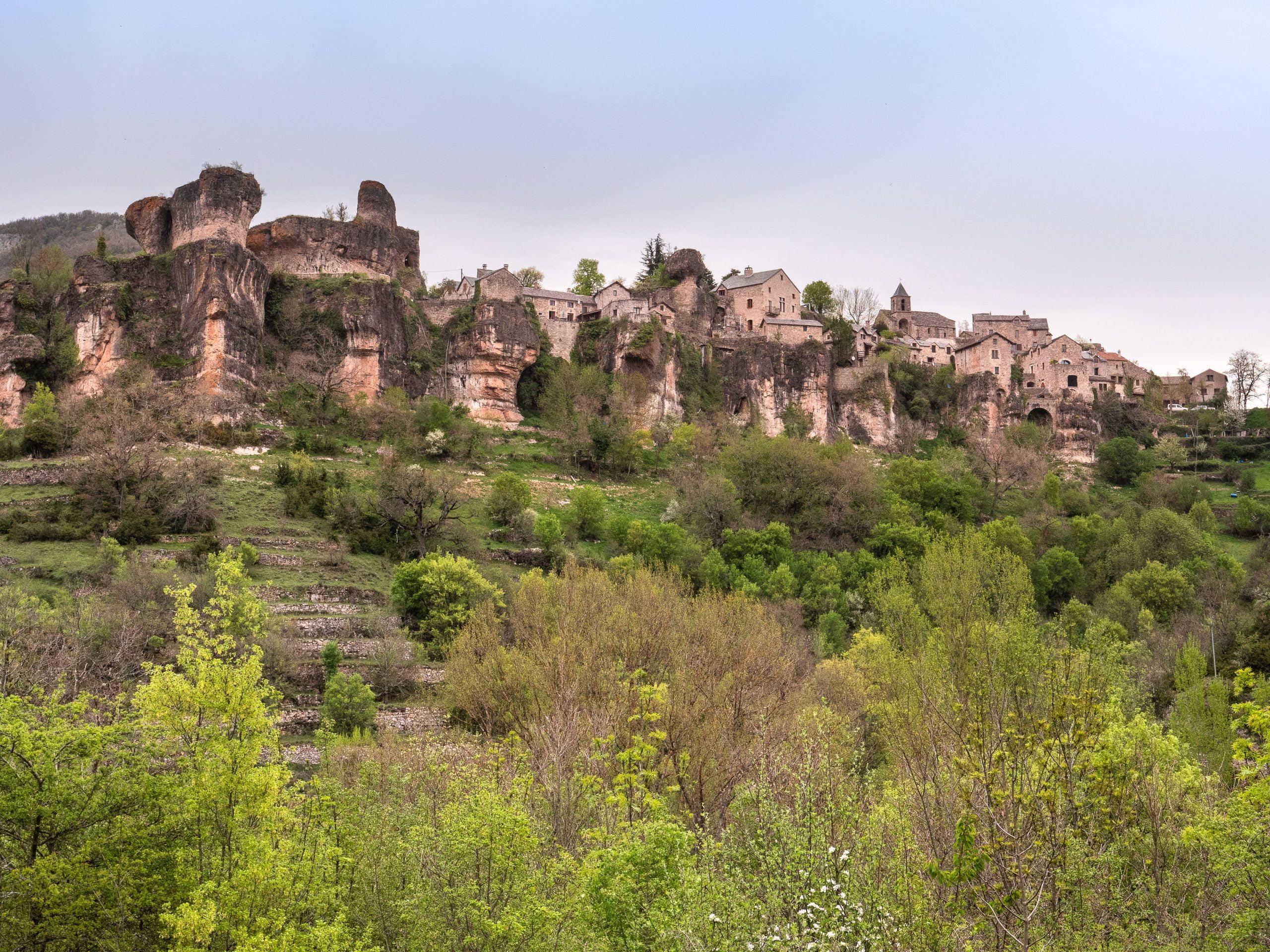 Village perché de Cantobre sur le plateau du Larzac dans l'Aveyron