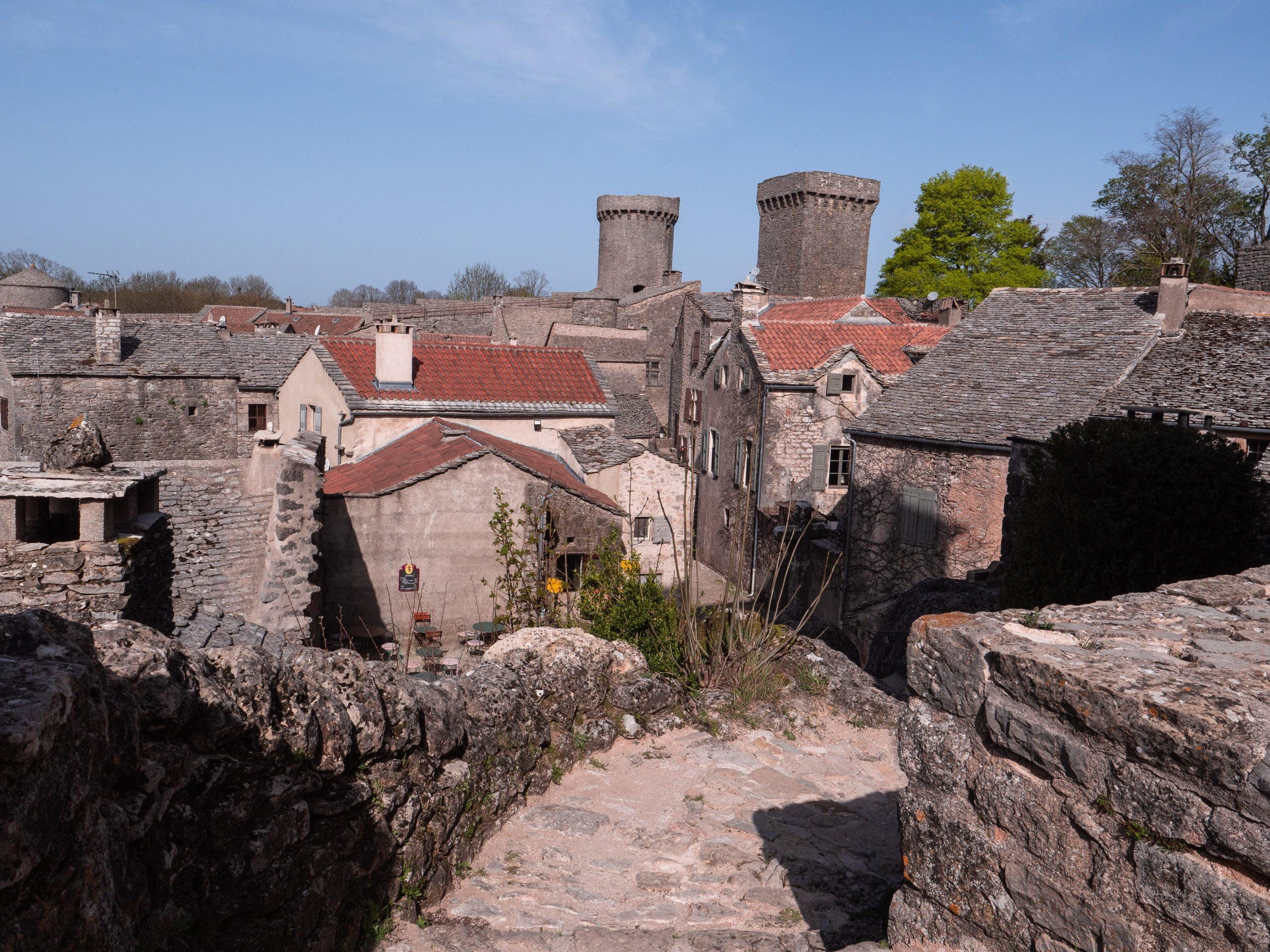 village de la couvertoirade sur le plateau du Larzac dans l'Aveyron